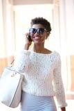Привлекательная женщина идя и говоря на мобильном телефоне Стоковая Фотография RF