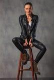Привлекательная женщина коромысла в представлять кожи усаженная в студию Стоковое Изображение