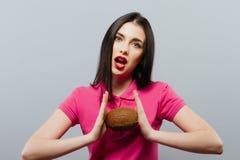 Привлекательная женщина курорта с кокосом Стоковые Фото