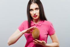 Привлекательная женщина курорта с кокосом Стоковое фото RF
