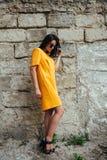Привлекательная женщина моды в желтом платье стоковые фотографии rf
