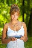 Молодая женщина наслаждаясь нот Стоковое Изображение RF