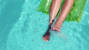 Привлекательная женщина ослабляя на ногах lilo moving видеоматериал