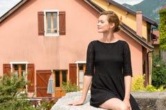 Привлекательная женщина представляя на предпосылке европейских домов Стоковые Изображения