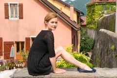 Привлекательная женщина представляя на предпосылке европейских домов Стоковое Изображение RF