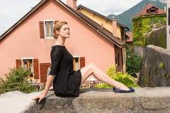 Привлекательная женщина представляя на предпосылке европейских домов Стоковое Фото