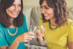 Привлекательная женщина 2 провозглашать с шампанским Стоковые Фото