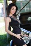 Привлекательная женщина рядом с автомобилем Стоковое Изображение RF