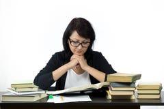 Привлекательная женщина сидя на изучать таблицы Стоковое Изображение
