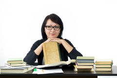 Привлекательная женщина сидя на изучать таблицы Стоковые Изображения RF