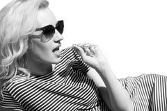 привлекательная женщина солнечных очков скопируйте космос Стоковое Изображение