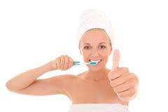 Привлекательная женщина с большими пальцами руки зубной щетки и полотенца вверх  Стоковые Изображения RF