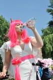 Привлекательная женщина с велосипедом в костюме демона выпивает холодную воду Стоковая Фотография RF