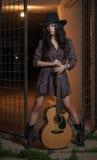 Привлекательная женщина с взглядом страны, внутри помещения сняла, американский стиль страны Девушка с черными ковбойской шляпой  Стоковые Фото