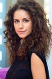 Привлекательная женщина с вьющиеся волосы стоковое фото rf