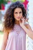 Привлекательная женщина с вьющиеся волосы стоковая фотография rf