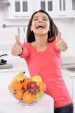 Привлекательная женщина с корзиной плодоовощей стоковое фото rf