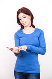 Привлекательная женщина с ПК таблетки стоковые изображения