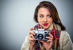 Привлекательная женщина с ретро камерой Стоковое фото RF
