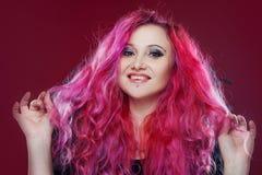 Привлекательная женщина с розовыми волосами в изображении ведьмы демон halloween предпосылки темный делает мыжской портрет ночи в Стоковая Фотография
