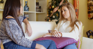 Привлекательная женщина слушая к женскому другу Стоковое Изображение RF