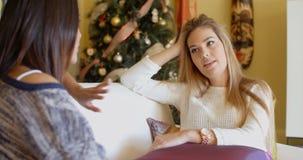 Привлекательная женщина слушая к женскому другу Стоковое Изображение