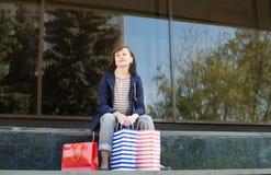 Привлекательная женщина с хозяйственными сумками Шоппинг Стоковое фото RF