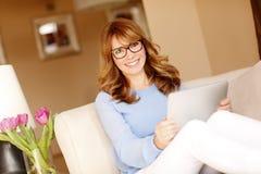 Привлекательная женщина с цифровой таблеткой Стоковое Изображение RF