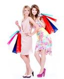 Привлекательная женщина с multicolor хозяйственными сумками Стоковое Изображение RF