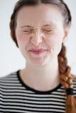Привлекательная женщина ухмыляясь при закрытые глаза Стоковое Фото