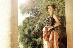 Привлекательная женщина redhair steampunkl с искусством тела на ее стороне ho Стоковая Фотография