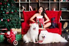 Привлекательная женщины рождественская елка почти Стоковое Изображение
