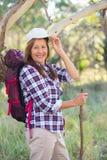 Привлекательная зрелая женщина с рюкзаком и ручкой Стоковые Фотографии RF