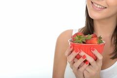 Привлекательная здоровая счастливая молодая женщина держа шар свежих зрелых сочных клубник Стоковая Фотография