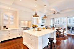 Привлекательная и красивая кухня роскошного дома стоковые фото