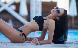 Привлекательная и сексуальная девушка на пляже Стоковые Фото