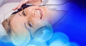 Привлекательная кавказская девушка слушая к музыке в наушниках Стоковое Изображение