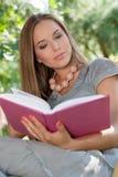 Привлекательная книга чтения молодой женщины в парке Стоковые Изображения