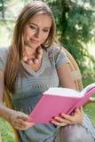 Привлекательная книга чтения молодой женщины в парке Стоковое Изображение RF