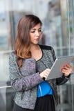 Привлекательная коммерсантка используя планшет Стоковое Изображение