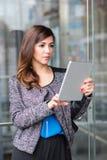 Привлекательная коммерсантка используя планшет Стоковые Фотографии RF