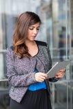 Привлекательная коммерсантка используя планшет Стоковое фото RF