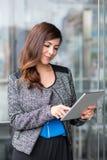 Привлекательная коммерсантка используя планшет Стоковые Изображения