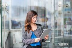 Привлекательная коммерсантка используя планшет Стоковая Фотография