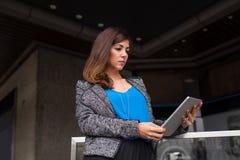 Привлекательная коммерсантка используя планшет Стоковая Фотография RF