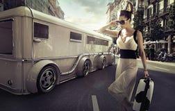 Привлекательная коммерсантка рядом с лимузином стоковая фотография