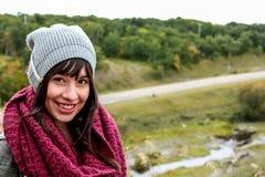 Привлекательная коричневая с волосами девушка в toque стоковые фото