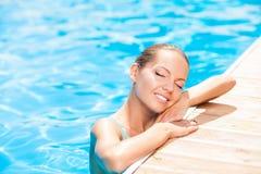 Привлекательная маленькая девочка плавает в воде стоковая фотография rf