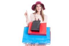 Привлекательная милая девушка в современных одеждах держа хозяйственные сумки стоковое фото