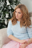 Привлекательная милая женщина около рождественской елки Стоковое фото RF